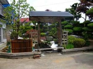 庭を眺める待屋と竹垣を施工