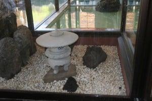 温泉施設の小庭空間に和の燈篭