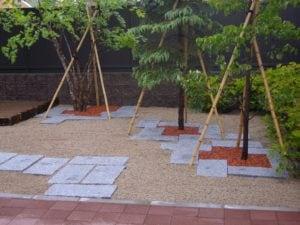 ブロック敷石とそれを活用した土留め